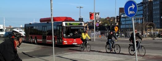 Cyklister och buss