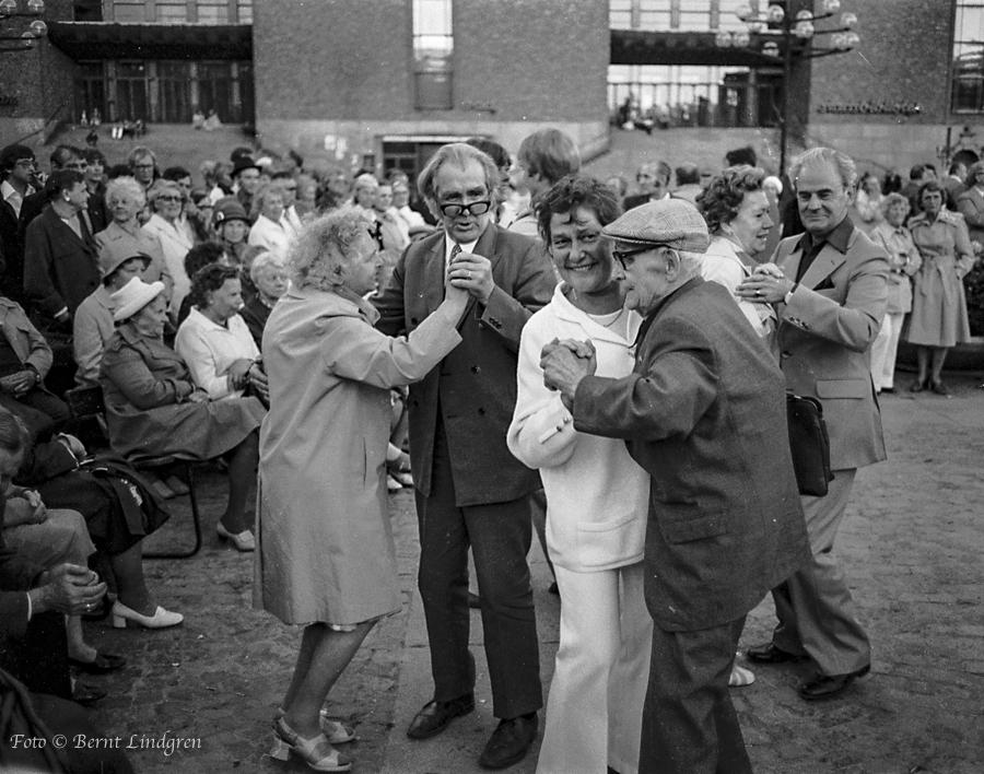 Midsommardans på Medborgarplatsen.
